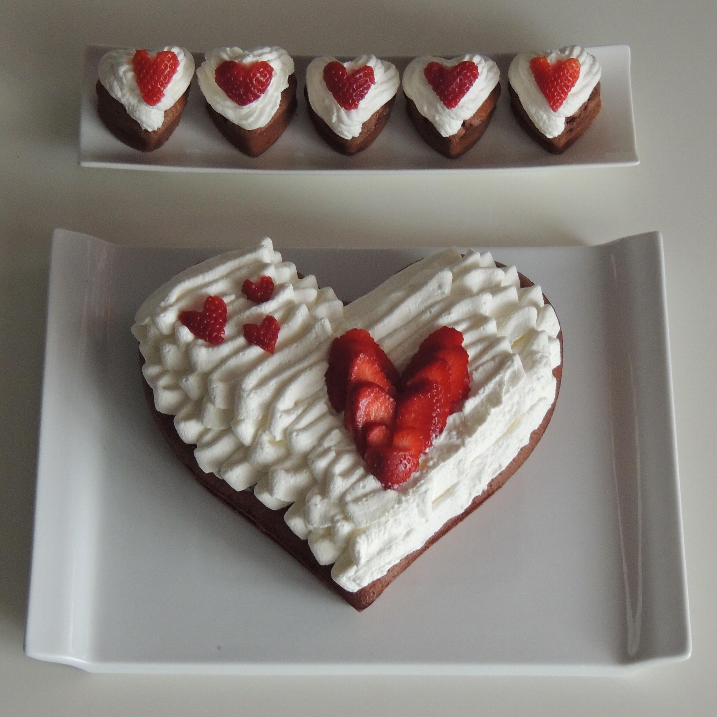 ... étalé au centre du gâteau de la confiture de fraises faite maison